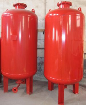 水泵自动停机,以保护水泵机组,供消防稳压罐的水罐可以储存并释放能量