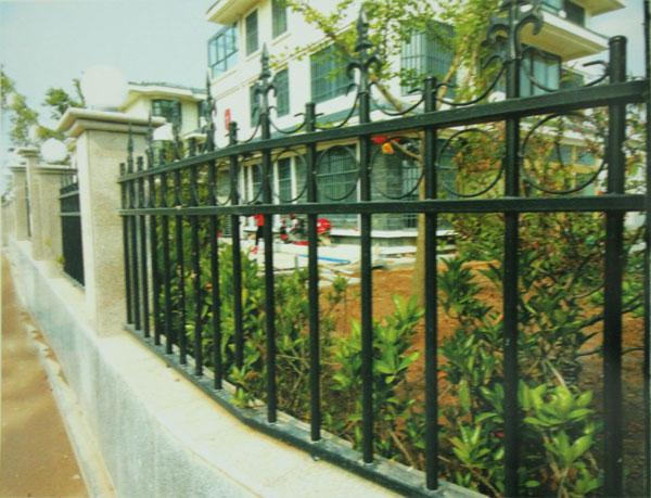 按铁艺 护栏的风格分类:有欧式铁艺护栏
