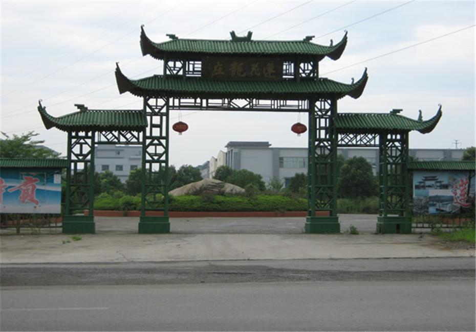 竹门楼指以竹材料为主体建筑,具有传统特色或具有象征意义。具有很高的艺术和文化价值,竹门楼既可用于园区或庭院的大门,也能作为标识的景观建筑或作为其他建筑的门面。目前很多风景区、少数名族聚集区都有这种建筑,环保又清新!
