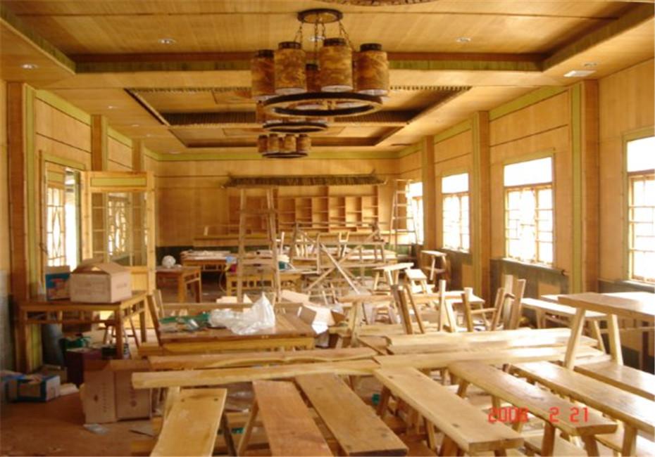 竹,带着天然的纹理和浑然天成的气质,可以说是装饰家居的重要元素,带着设计感的各种竹物件,朴素中带着新意,也成为空间里的视觉焦点。经过打磨处理后的竹子笔直光滑,温润的色泽显得柔和优雅,营造出看似平淡的力量和朴素的华丽,在竹室内装饰设计中,看似随意地插放在中式的大花瓶中,却成为居室最好的配饰。与家人夜晚吃完饭在小阳台喝喝茶,下下棋享受夜晚时光,可以寻找到心灵的安慰,小清新的壁纸,清雅的竹子座椅,完美搭配出了一个清新自然的休闲环境。