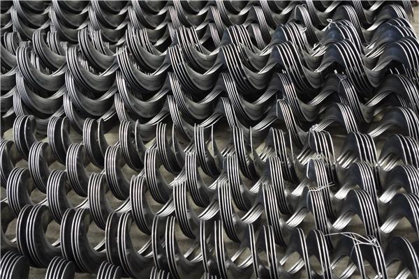 螺旋叶片 螺旋叶片冷轧机是用带钢连续轧制叶片的先进设备,它通过调整部位(轧辊偏移、喂入高度、碾轧压力、导向轮等)的调整,可以轧制出所需要的各种规格的叶片。 目前国内制造叶片的方法有:单件冲压焊接成形、挤压成形、缠绕成形、冷轧成形等方法。其中冷轧成形的方法,具有生产效率高、节省原材料、叶片质量好、硬度高、耐磨性好等优点。 影响轧制成形的因素,有带钢的材质和厚度,轧辊的偏移量大小、喂入高度、轧辊的碾压力、导向轮、叶片的规格的不同以及轧制过程中,轧辊温度升高等诸多因素。 我公司在经过多年不懈的努力后,研制开发了