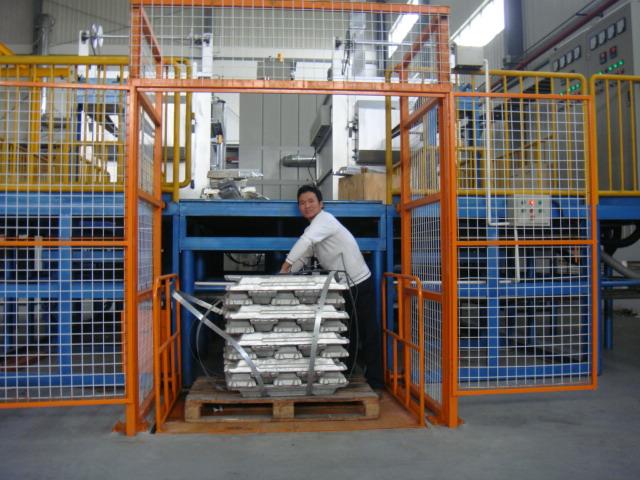 特殊定做液压升降平台产品应用:   该系列液压升降平台主要用于仓储物流及工矿企业的生产线,汽车销售行业和其他行业也可作送货电梯。升降平台规格和型号可根据用户的要求特殊制作,工期短、保证质量。   液压升降平台安全使用注意事项:   在出厂前均已检验测试,各项技术指标均达到设计要求,使用时只需接通地线。液压、电器系统不需调整。   在使用前要认真检查液压、电器系统,无渗漏或裸露现像后方可使用。   在使用时四个支腿应牢固的支撑在坚实的地面上(以行走轮将要离开地面为准)必要时可使用枕木。   液压升降平台空