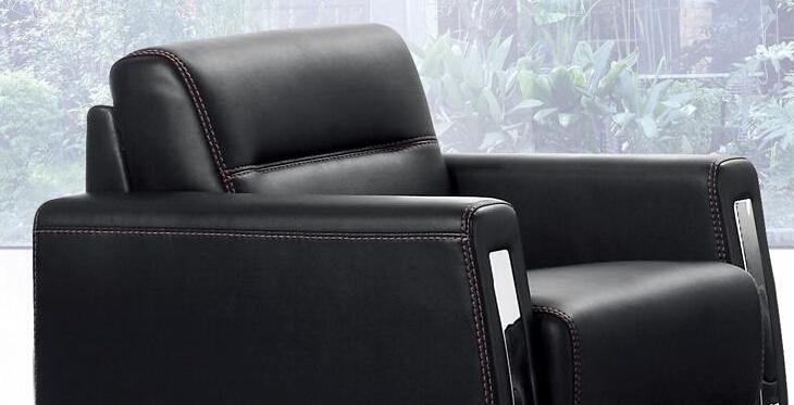 缝纫仔细;沙发扶手线条流畅优美,深色皮面包覆平整,线条缝纫细致,侧面