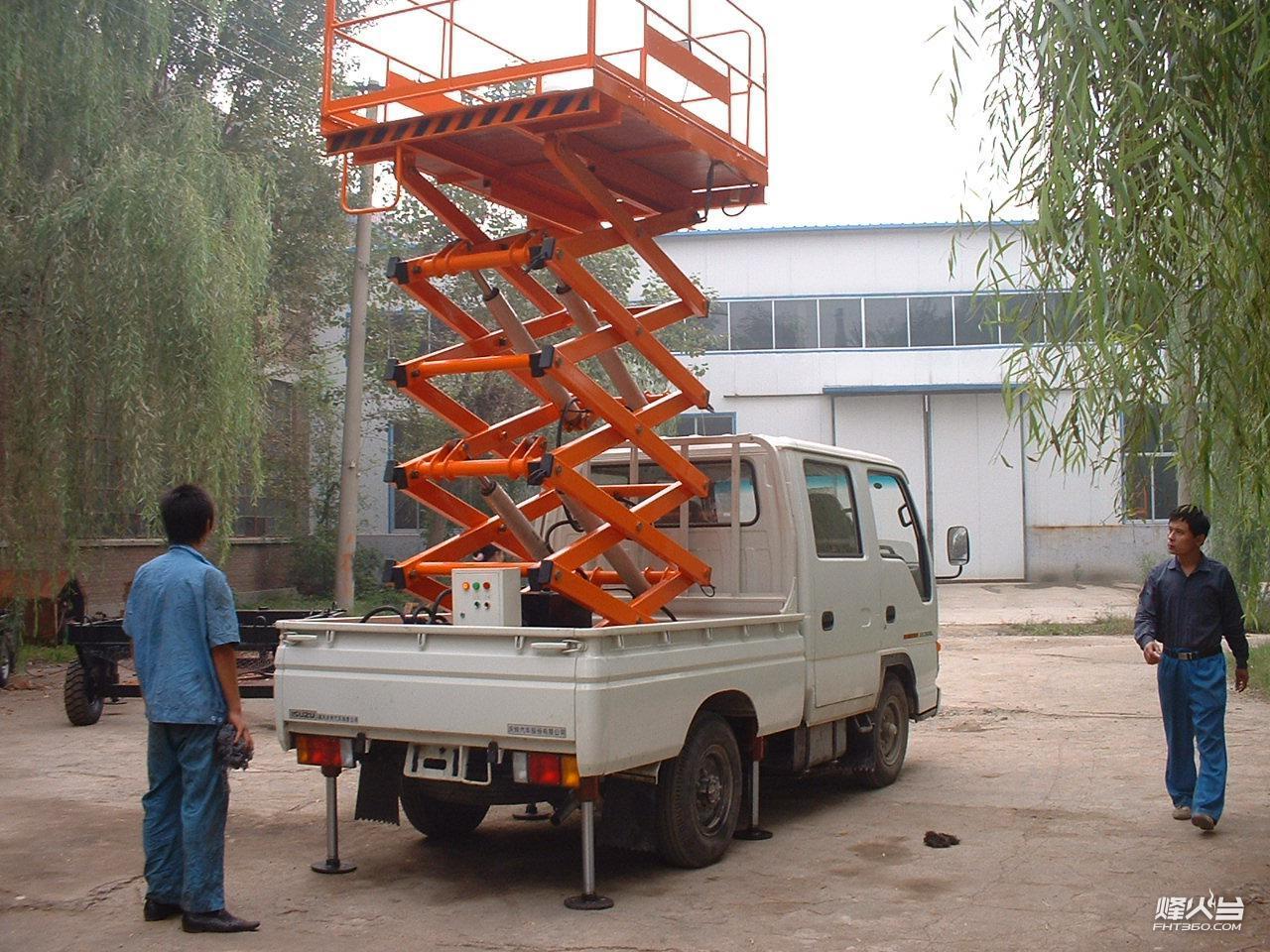 产品 车载式升降机   采用各种车底盘加固平台底架,利用本车动力在