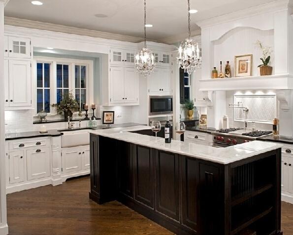 现代的厨房首先注重的是厨房设备,其次是明亮与通风性良好,这是厨房装修其本元素以及也是必须考虑的其本因素。至于欧式厨房是或应如何装修,很难具体与确凿的来说明,因为欧式厨房本就是个概念或理念性的,例如我们可以说出与描述欧式家俱,欧式装修以及欧式风格的实际与具体情况,但很难让我们说出欧式阳台,欧式洗手间到底是什么个样子!   就厨房装修现在我们来拿我国的城市生活水平与我国的电器设备来对照欧洲国家,其本已达到同一水平线(包括首先注重的二点),不同的是欧州国家家庭在厨房装饰方面会要求更大的空间与把厨房与餐厅,客