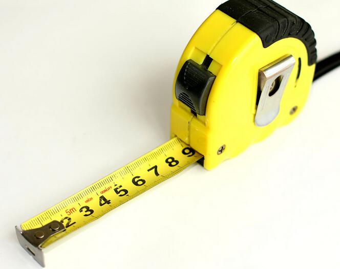 卷尺是日常生活中常用的工量具。 大家经常看到的是钢卷尺,建筑和装修常用,也是家庭必备工具之一。分为纤维卷尺,皮尺,腰围尺等。鲁班尺,风水尺,文公尺同样是属于钢卷尺。卷尺能卷起来是因为卷尺里面装有弹簧,在拉出测量长度时,实际是拉长标尺及弹簧的长度,一旦测量完毕,卷尺里面的弹簧会自动收缩,标尺在弹簧力的作用下也跟着收缩,所以卷尺就会卷起来。   卷尺的内芯,里面有根小的一截钢片,作用就跟弹簧差不多。也可以这样想,就是玩具手枪扳机上面的那个,用来打击子弹的那跟小钢丝,拉出来的时候使它受力弯曲,松开后外