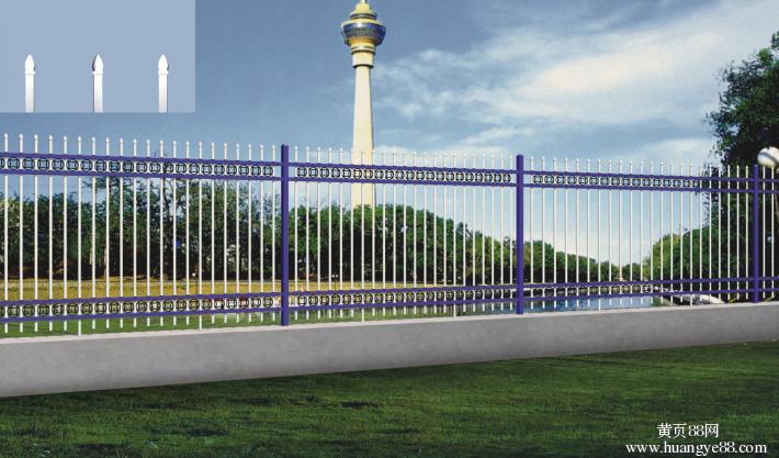 锌钢护栏哪家好是指采用锌合金材料制作的用于不同部位、具备不同功能性的围护栏杆,由于其后期是用静电喷涂处理表面层,使具有高强度、高硬度、外观精美、色泽鲜艳等优点,成为住宅小区、工厂院校、道路交通等使用的主流产品。传统的护栏使用铁条材料,需要借助电焊等工艺技术,而且质地较软、容易生锈、色彩单一。锌钢阳台护栏完美地解决了传统护栏的缺点,而且价格适中,成为传统各式护栏材料的替代产品。锌钢护栏采用无焊穿插组合方式进行拼装(也有工艺需要局部焊接,但要在喷涂前做补锌处理),基材厚度是不锈钢的2-3倍,500多种颜色可供