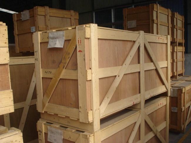 适用于一般内装物;外框架木箱是框架结构在箱板的