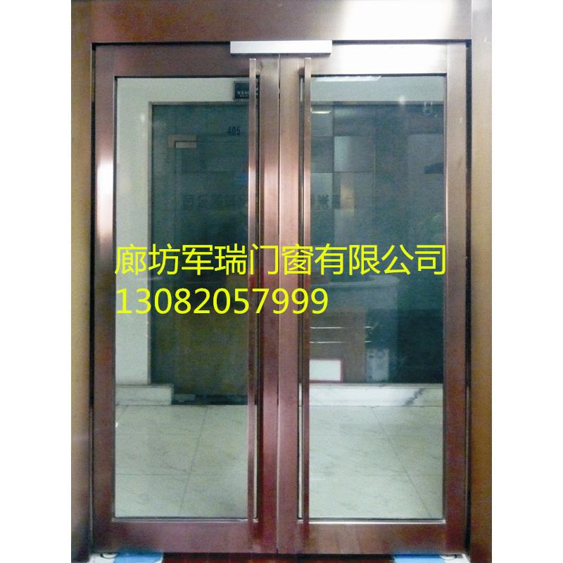 涂层镀膜玻璃具有视线的单向穿透性功能(视线只可从有镀层方观向无镀层方)。同时可以扩大室内空间和视野,保温隔热隔音效果好。   (五)、感应玻璃门   玻璃感应门从字面理解就是玻璃门+感应门功能集成,可以说是玻璃门的一种,同时也可以说是感应门的一种。