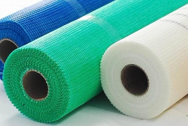 耐碱网格布采用耐碱玻璃纤维纺织,面层涂以耐碱防水高分子材料制成。分普通型和加强型。 耐碱网格布具有结构稳定,强度高,耐碱性能好,防腐,抗裂等特点,增强效果最佳,而且施工简单,易行。 耐碱网格布的主要用途:    1.墙体增强材料上(如玻纤墙体网布、GRC墙板、EPS内外墙保温板、石膏板等 )  2.