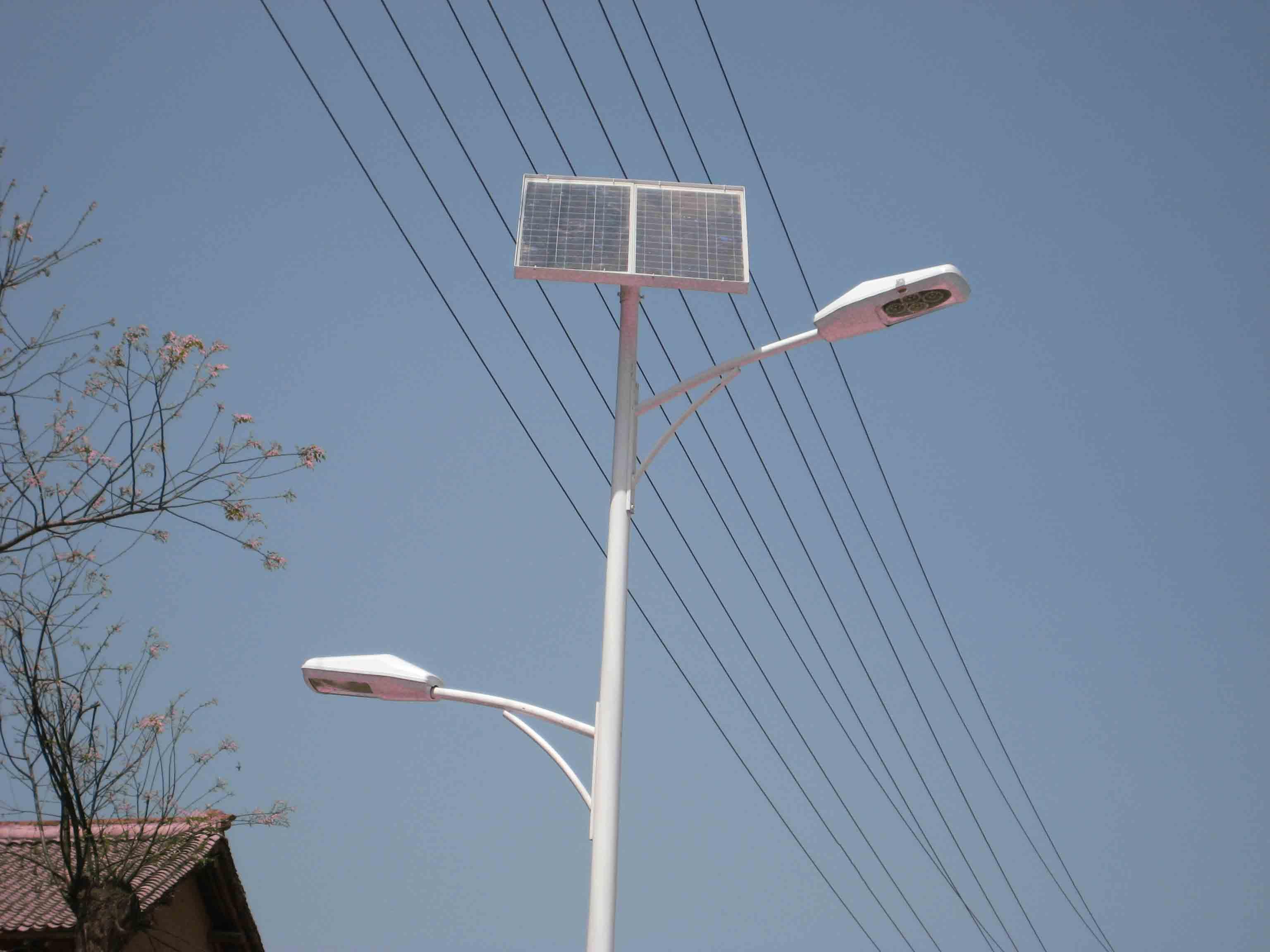 LED太阳能路灯的光源优势: 目前多数路灯选用LED作为光源,LED寿命长,可以达到100000小时以上,工作电压低,非常适合应用在太阳能草坪灯上。特别是LED技术已经经了其关键的突破,并且其特性在过去5年中有很大提高,其性能价格比也有较大的提高。另外,LED太阳能路灯由低压直流供电,其光源控制成本低,使调节明暗,频繁开关都成为可能,并且不会对LED的性能产生不良影响。还可以方便地控制?