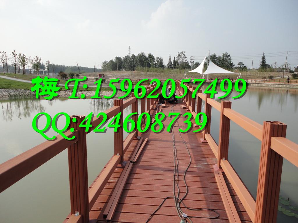 1.绿华塑木栏杆使用规格 免费咨询热线:15962057499 绿华塑木栏杆主要是长期使用在公园栈道,栈桥,亲水平台,小区,别墅,港口,码头,海边湿地等各种环境下的市政工程和户外园林景观工程。 绿华塑木免费为客户提供好塑木栏杆施工指导和安装指导。同时免费为客户提供塑木栏杆的设计服务。绿华塑木产品使用期20年。 如果您需要的塑木栏杆款式和使用规格和我们这款不同,欢迎拨打我们的24小时免费咨询热线:15962057499或者使用QQ在线服务,我们将为您进行免费的塑木栏杆价格报价和提供详细的塑木栏杆搭配方案,为