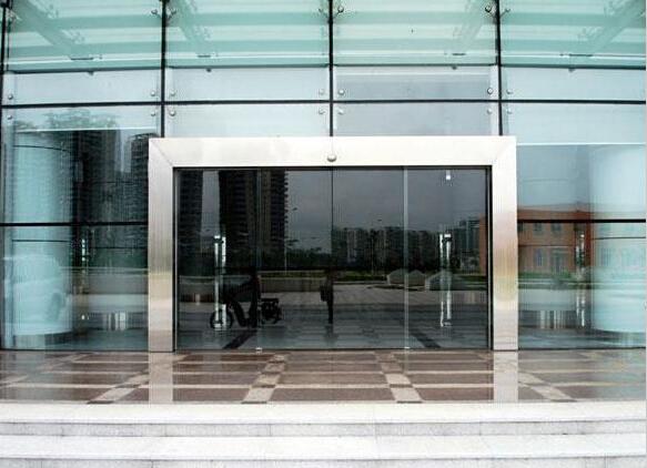 这种自动感应门现在广泛应用于办公楼,厂房,超市,机场等场所.