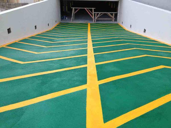 防滑车道又称无震动止滑车道、停车场防滑坡道、暴砂防滑地面、止滑型坡道、停车场防滑地坪漆等。专门用于各类停车场上、下坡道场所。防滑车道一般适用于停车场汽车上下进出的坡道等地。 性能特点: 1、车辆行驶时无明显震动; 2、表面粗糙度均匀,起伏小,阻尼大; 3、即使有水或 结冰,车辆行驶也很安全; 4、抗压性好,表面硬度高,耐磨; 5、使用寿命长达10年以上; 6、施工周期短,色彩美观。 基本参数