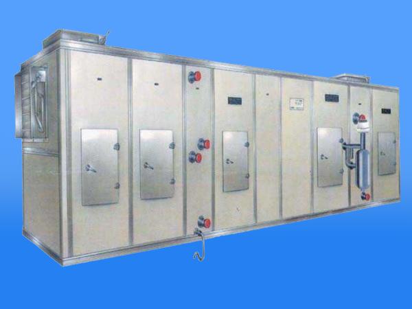 组合式空调机组功能段的设置要根据生产工艺或洁净室要求确定,这是基本原则。净化机组功能段的合并及取舍要与空调房的设计紧密结合起来。必须对净化机组中的微生物污染点进行控制。组合式空调机组由于结构、温湿度较适宜细菌等微生物的滋长,净化机组的箱体、过滤器、消声器、加湿器等成了潜在的微生物污染点,必须对其进行控制。如机组箱体应无破损、无锈蚀、耐消毒、保温及密封性能好,可使用如在冰箱上已广泛应用的抗菌材料;过滤器性能指标符合要求;消声器、加湿器等不滞留可凝物;机组内经常清洗或消毒。