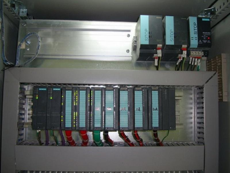 PLC控制柜主要品牌:美国AB,ABB,松下,西门子,汇川,三菱,欧姆龙,台达,富士,施耐德,光洋,永宏等等。 PLC控制柜可编程控制柜,控制柜指成套的控制柜,可实现电机,开关的控制的电气柜。 PLC综合控制柜具有过载、短路、缺相保护等保护功能。它具有结构紧凑、工作稳定、功能齐全。可以根据实际控制规摸大小,进行组合,既可以实现单柜自动控制,也可以实现多柜通过工业以太网或工业现场总线网络组成集散(DCS)控制系统。 PLC控制柜能适应各种大小规模的工业自动化控制场合。广泛应用在电力、冶金、化工、造纸、环保污