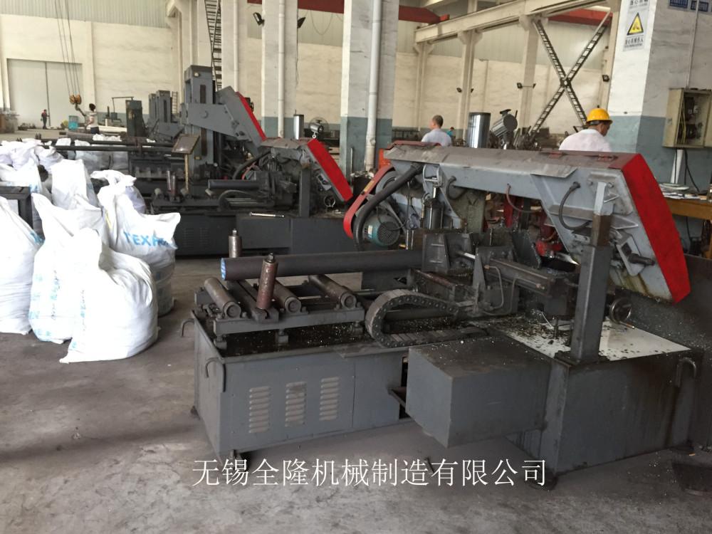 带锯床是用于锯切各种金属材料的机床,按结构分为卧式与立式;按功能分为半自动、全自动、数控。卧式又可分为双立柱与剪刀式。 结构组成 主要部件有:底座、床身、立柱、锯梁和传动机构;锯条导向装置;工件夹紧装置;锯条张紧装置;送料机构(自动系列);液压传动系统;电气控制系统;润滑及冷却系统。 适用材料 带锯床主要用于锯切碳素结构钢、低合金钢、高合金刚、特殊合金钢和不锈钢、耐酸钢等各种合金及金属材料,随着锯条技术的发展,普通玻璃,单晶硅,宝石坯逐渐进入锯切菜单中。 带锯床的系统功能: 液压传动系统由泵、阀、油缸、油