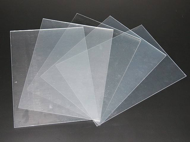 透明胶片又称水晶胶片、透明转印膜,是半透明的免打磨水晶胶片,用来制作水晶彩照,效果逼真,与照片的效果没有区别。做出的水晶影像晶莹剔透、高档华贵。这种水晶胶片用途广泛,如有机玻璃等。 透明胶片使用说明书: 进口透明胶片,不可撕型,是免打磨水晶影像的首选、 特点:高光乳白、平整度高、耐高温耐低温、清晰度高、色彩还原度高;适用于户内人物写真、影楼、X展架,以及其他工艺品等; 它有RC相纸的效果,但又有RC相纸无法比拟的优点:一是表面光平如镜,二是受潮受热受冷不变形,三是色泽持久。 注意事项:打印时注意胶片的反正
