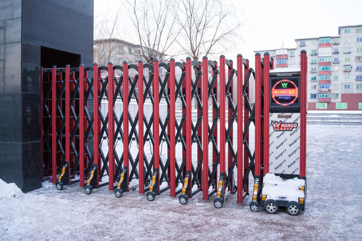 伸缩门主要由门体,驱动电机,滑道,控制系统构成.