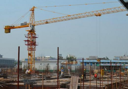 内爬塔吊能够在外附着自升式塔吊空前繁荣的市场里占有一席之地,并且管理部门列为推荐发展方向,确有其无可比拟的优越性和开发价值:塔吊在建筑物内部施工,不占用施工场地,适合于现场狭窄的工程,特别有利于城区改扩建工程(据权威部门透露,2008年奥运会后北京市将以城区改建工程为主,因此,内爬塔吊有广阔的发展前景);无需铺设轨道,无需专门制作钢筋混凝土基础(高层建筑一般需钢筋混凝土126吨以上),施工准备简单(只需预留洞口,局部提高强度),节省费用;无需多道锚固装置和复杂的附着作业;作业范围大。内爬塔设置在建筑物中
