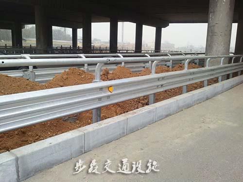 高速公路三波护栏