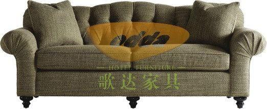 美式沙发 美式沙发最大的魅力是非常松软舒适,让人坐在其中感觉像被温柔地环抱住一般。目前许多沙发已经全部由框架加不同硬度的海绵制成。而许多美式沙发座仍在使用弹簧加海绵的设计,这使得这种沙发十分结实耐用。 日式沙发 日式沙发最大的特点要数它的成栅栏状的小扶手和矮小的设计。