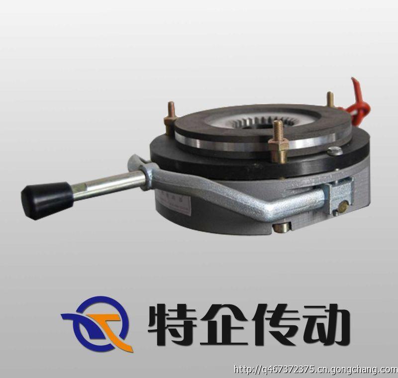 LDZ1系列电磁失电制动器为通电脱离(释放)、断电弹簧制动的摩擦式制动器。它主要用于与Y系列电动机配套成YEJ系列电磁制动三相异步电动机。 广泛应用于冶金、建筑、化工、食品、机床、包装等机械中,及在断电时(防险)制动等场合。具有结构紧凑、安装方便、适用性广、噪声低、工作频次高、动作灵敏、制动可靠等优点,是一种理想的自动化执行元件。 安装注意事项: 1,摩擦片及衔铁表面不得有油污,须保持清洁。 2,安装时须保证气隙,花键套不得有轴向窜动。 4,安装后须旋出空心螺栓锁紧在电机后端盖或法兰盘上。