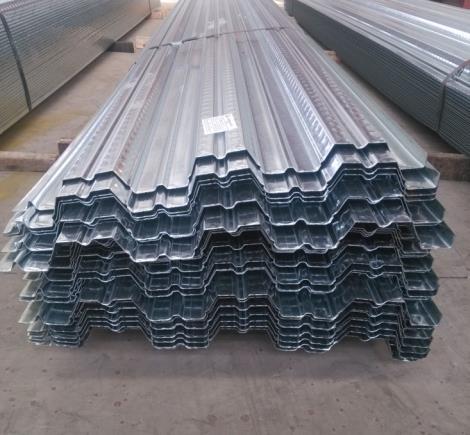 楼承板的主要优势 钢筋桁架楼承板可显著减少现场钢筋绑扎工程量,加快施工进度,增加施工安全保证,实现文明施工。模板和连接件拆装方便,可多次重复利用,节约钢材,符合国家节能环保的要求。钢构自主研发的产品配套自动化生产设备,大大提高了劳动生产率,有效降低了产品成本,实现了机械化生产,有利于钢筋排列间距均匀、混凝土保护层厚度一致,提高了楼板的施工质量。 楼承板的主要特点: 1:适应主体钢结构快速施工的要求,能够在短时间内提供坚定的作业平台,并可采用多个楼层铺设压型钢板,分层浇筑混凝土板的流水施工。 2:在使用阶段