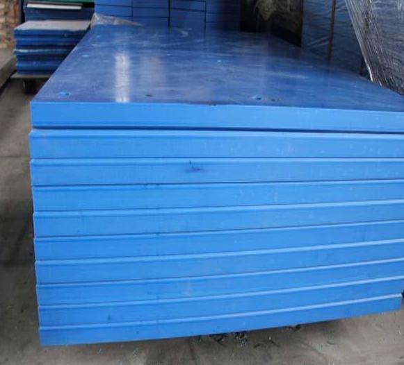 超高分子量聚乙烯蓝色板材、尼龙板、塑料板特点: 1 超高分子量聚乙烯蓝色板材高自润滑、 它可以在没有润滑油的条件下,以滑动或转动形式工作,比钢和铜在加润滑油的场合下的润滑性能还好。 2 超高分子聚乙烯绝缘板高耐磨 、耐磨性,分子量越高,材料的耐磨性越好--- 加入多种改良剂,保持原有特性,提高更具实用性优点。