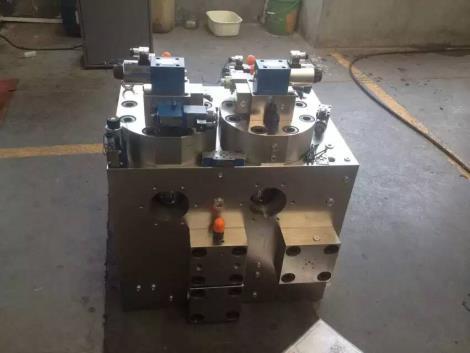 (1)液压系统结构紧凑,安装方便,装配周期短。   (2)若液压系统有变化,改变工况需要增减元件时,组装方便迅速。   (3)元件之间实现无管连接,消除了因油管、管接头等引起的泄漏、振动和噪声。   (4)整个系统配置灵活,外观整齐,维护保养容易。   (5)标准化、通用化和集成化程度高。   集成块就是指集成电路,集成块是集成电路的实体,也是集成电路的通俗叫法。从字面意思来讲,集成电路是一种电路形式,而集成块则是集成电路的实物反映。