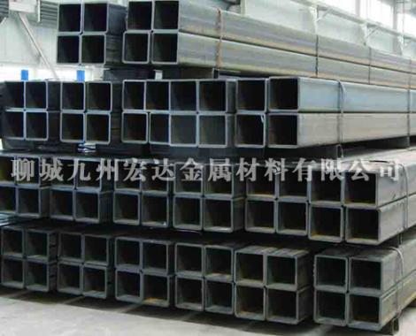 厚壁方矩管       主要经营的无缝无缝方矩管是一种具有中空截面周边没有接缝的长条钢材。钢管具有中空截面,大量用作输送流体的管道,如输送石油、煤气、水及某些固体物料的管道等。钢管与圆钢等实心钢材相比,在抗弯抗扭强度相同时,重量较轻,是一种经济截面钢材,广泛用于制造结构件和机械零件,如石油钻杆、汽车传动轴、自行车架以及建筑施工中用的钢脚手架等。用钢管制造环形零件,可提高材料利用率,简化制造工序,节约材料和加工工时,如滚动轴承套圈、千斤顶套等,目前已广泛用钢管来制造。钢管还是各种常规不可缺少的材料,枪管、炮