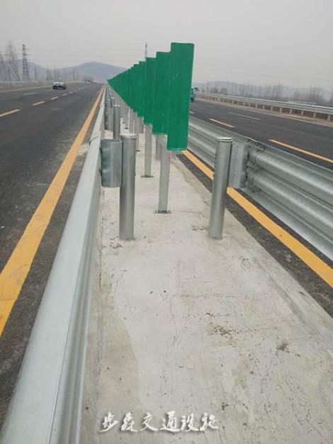 喷塑波形护栏板安装