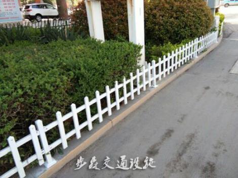 PVC草坪护栏施工